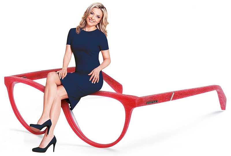Optiker Olbrich - Ein Bild einer Dame, die auf einer Brille sitzt.